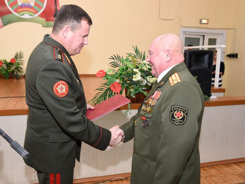 Генерал - лейтенант Андрей Равков поздравляет председателя Борисовской ООС ДОСААФ с юбилеем организации.
